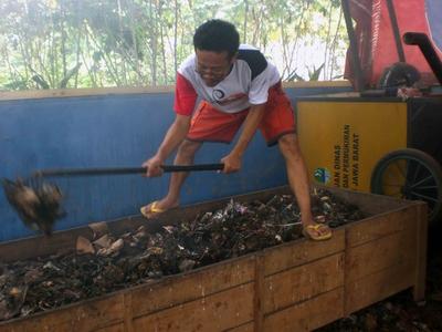 Warga sedang mengaduk bahan kompos. Dilakukan berkala agar pengomposan sempurna.