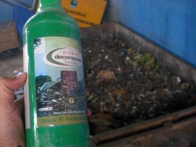 Aktivator kompos untuk mengolah sampah organik.