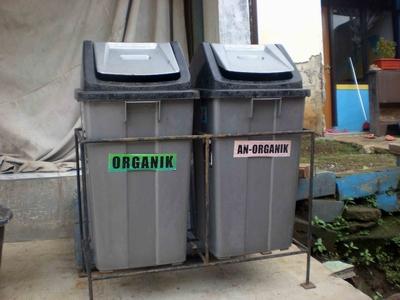 Tempat sampah terpisah : organik dan non-organik