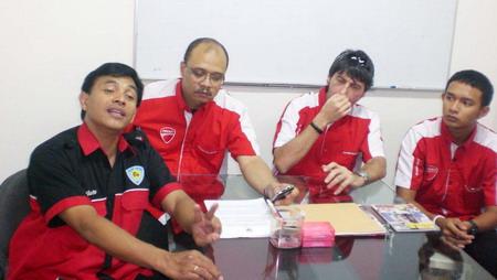 """Dyan Dilato, AS Nugroho, Matteo, Ekky. """"Curhat"""" di depan narablog dan jurnalis media otomotif."""
