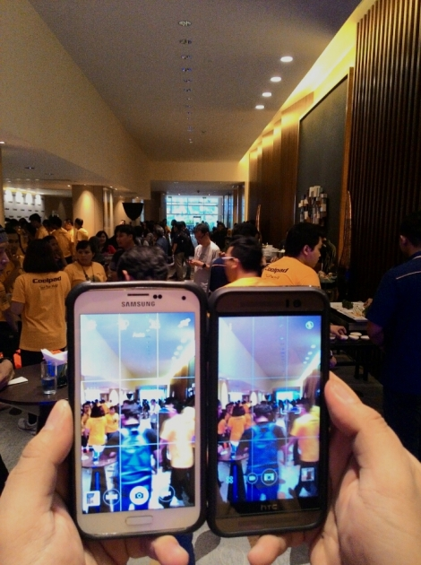 Kuning-kuning di layar ponsel dan latar belakang kamera, saat peluncuran Coolpad Shine, di Hotel Pullman, kawasan Thamrin, Jakarta, Senin petang (28/9)