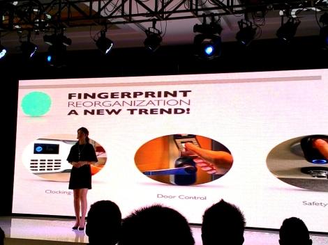 Natalie Chan, Brand Manager PT Coolpad Indonesia, sedang menjelaskan perkembangan teknologi sidik jari di sejumlah gawai.