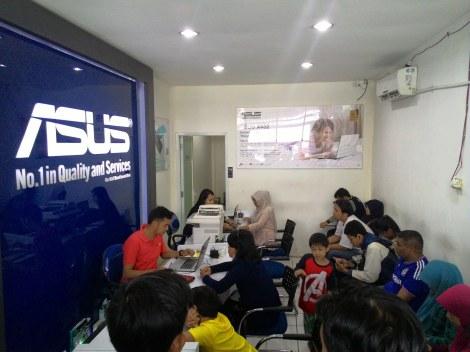 Di dalam ruang pusat layanan Asus, jalan Margonda, Depok, penuh sesak dengan para pengantre perbaikan produk.