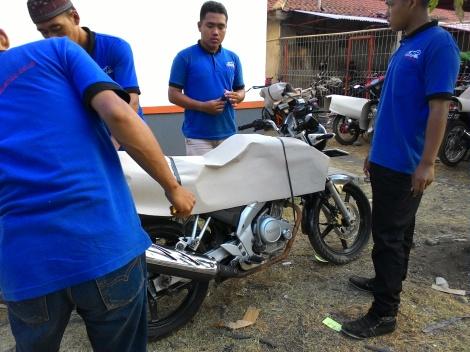 Packing motor di Stasiun Kutoarjo, Jawa Tengah, Juli 2015.