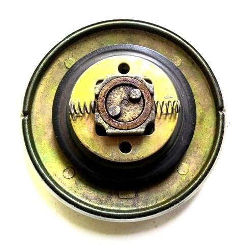 "Setelah 2 ""slot"" pengunci dilepas, tampak 2 buah per yang berfungsi mengembalikan posisi 2 ""slot"" pengunci. Hati-hati 2 per itu rawan menggelinding :D"