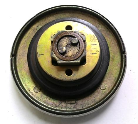 Lepas ring besi bulat yang bercorak kotak. Ring besi itu di bawahnya terdapat 4 per yang berfungsi menekan bantalan karet ke mulut tangki bagian dalam. Karet sebagai seal penahan tumpahan bahan bakar.