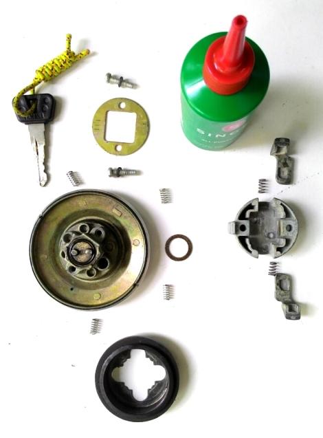 Setelah diberikan cairan pelumas (saya pakai SINGER), rangkai kembali bagian demi bagian, dengan urutan terbalik saat pembongkaran. Yang agak sulit yaitu memasang 2 slot pengunci dan 2 per pembalik slot pengunci.