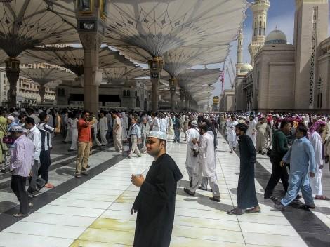 Jeans, kemeja, kaos lengan panjang, yang digunakan sejumlah peziarah di masjid Nabawi, Madinah.