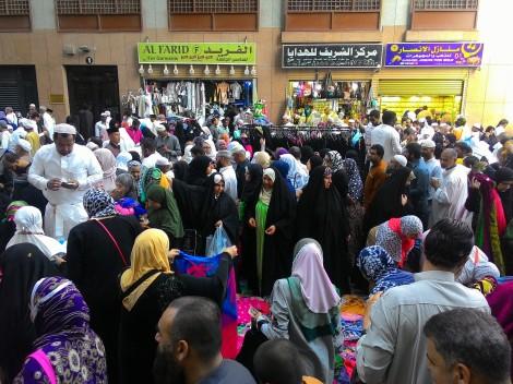 Pasar tumpah di lorong jalan depan Movenpick Hotel Al Anwar, Madinah.